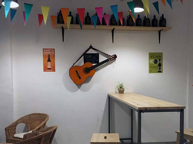 the-growler parete del bar chitarra al muro